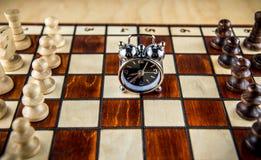棋战斗和时钟 图库摄影