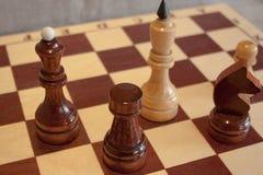棋棋的特写镜头图象在灰色背景白色和黑形象的 免版税库存照片
