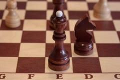 棋棋的特写镜头图象在灰色背景白色和黑形象的 库存照片