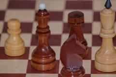 棋棋的特写镜头图象在灰色背景白色和黑形象的 免版税库存图片