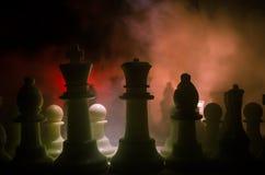 棋盘企业想法和竞争和战略想法concep的比赛概念 棋在与smok的黑暗的背景计算 库存照片