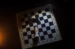棋盘企业想法和竞争和战略想法concep的比赛概念 棋在与smok的黑暗的背景计算 免版税库存照片