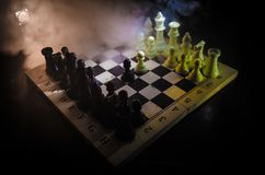 棋盘企业想法和竞争和战略想法concep的比赛概念 棋在与smok的黑暗的背景计算 免版税图库摄影