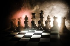 棋盘企业想法和竞争和战略想法concep的比赛概念 棋在与smok的黑暗的背景计算 图库摄影