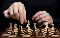 棋盘和木棋形象的特写镜头和手o 免版税库存照片