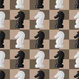 棋盘无缝的样式背景西洋棋棋子导航休闲概念骑士小组白色和黑片断竞争 免版税库存图片