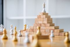 棋领导和成功概念,棋救球的战略 免版税图库摄影
