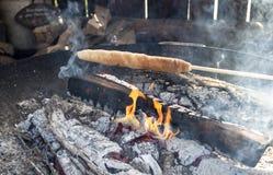 棍子面包,campire用扭转的面包 免版税库存图片