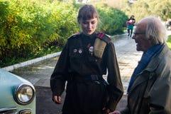 棍打扮演重建其中一次争斗世界大战2在俄罗斯的卡卢加州地区 库存图片