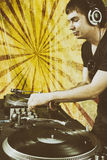 棍打演奏在乙烯基转盘的DJ混合的音乐 免版税库存图片