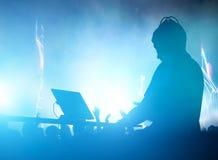 棍打,迪斯科人的DJ使用的和混合的音乐 夜生活 库存例证
