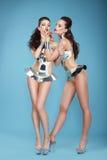 棍打 花梢称呼了戏剧性服装的妇女歌舞女郎 免版税图库摄影