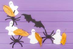 棒、鬼魂和蜘蛛不同的纸剪影与秋叶由万圣夜角落框架制成 库存图片