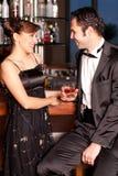 棒夫妇饮用的挥动的年轻人 免版税库存照片