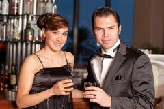 棒夫妇饮用的挥动的年轻人 免版税图库摄影