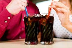 棒夫妇饮用的餐馆碳酸钠 免版税库存照片