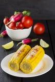 棒子、蕃茄、萝卜、西红柿在白色碗和石灰 免版税库存照片