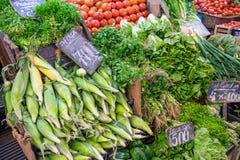 棒子、莴苣和蕃茄待售在市场上 库存图片
