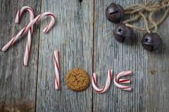 棒棒糖、圣诞节铃声和姜饼曲奇饼 免版税库存照片