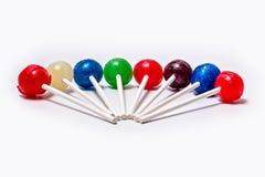 棒棒糖五颜六色的被安排的放置的白色背景 免版税库存照片