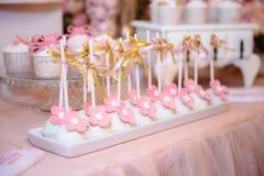 棒棒糖和婚宴喜饼 与甜点的表,自助餐用杯形蛋糕,糖果,点心 图库摄影