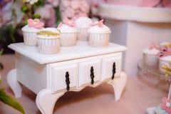 棒棒糖和婚宴喜饼 与甜点的表,自助餐用杯形蛋糕,糖果,点心 免版税库存照片