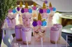 棒棒糖在一个儿童` s生日 与独角兽的装饰在女孩 免版税库存图片