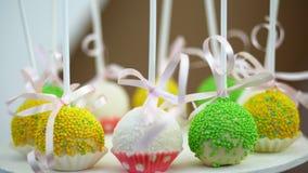 棒棒糖在儿童的生日 特写镜头,多彩多姿的棒棒糖,甜点,饼干,杯形蛋糕,甜装饰为 影视素材