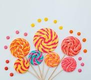 棒棒糖甜糖果花梢花束在白色背景的 免版税库存照片