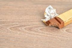 棒棒糖被解开的和叮咬被采取在它外面 库存图片