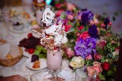 棒棒糖 与甜点的表,自助餐用杯形蛋糕,糖果,点心 库存照片