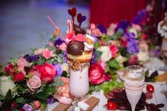 棒棒糖 与甜点的表,自助餐用杯形蛋糕,糖果,点心 库存图片