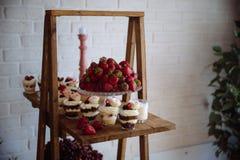 棒棒糖 与甜点的表,自助餐用杯形蛋糕,糖果,点心 图库摄影
