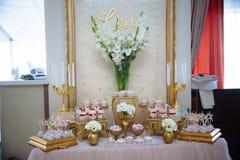 棒棒糖 与甜点的表,自助餐用杯形蛋糕,糖果,点心 免版税图库摄影