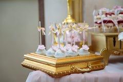 棒棒糖 与甜点的表,自助餐用杯形蛋糕,糖果,点心 免版税库存照片