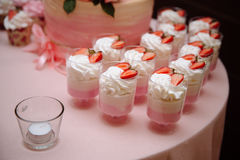 棒棒糖 与甜点,糖果,点心的表 免版税库存图片