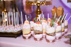 棒棒糖 与甜点,糖果,点心的表 免版税库存照片