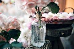 棒棒糖 充分宴会桌莓果和各种各样的甜点 饼和蛋糕 婚姻在自然 有选择性 免版税库存照片