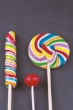 棒棒糖以各种各样的大小和颜色 免版税库存照片