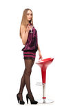 棒椅子鸡尾酒最近的常设妇女年轻人 免版税库存图片
