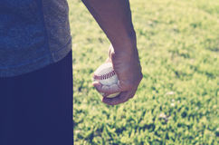 棒球在实践期间的投手手上 免版税图库摄影