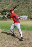 棒球场他的开始摇摆的球员 免版税库存照片
