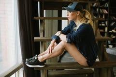 棒球帽的女孩 免版税库存图片