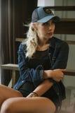 棒球帽的白肤金发的女孩 免版税库存照片