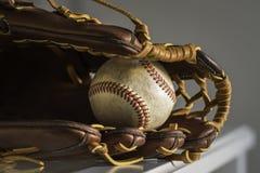 棒球手套和球 免版税库存图片