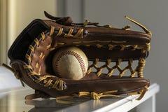 棒球手套和球 库存图片