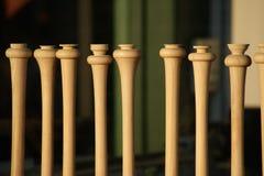 棒球棒在木商店窗口里  免版税库存照片