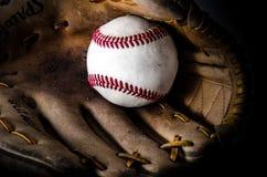 棒球比赛露指手套和球 免版税图库摄影
