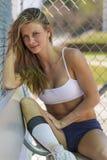 棒球独木舟的女运动员 免版税库存照片