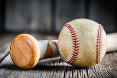 棒球球和一根木棍子 库存照片